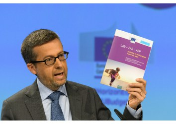 Commissioner Carlos Moedas holding the Lamy report at a press conference on 7 June 2018. © European Union, 2018.