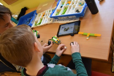 Modra delavnica - Zavod SImetris coding workshops in action
