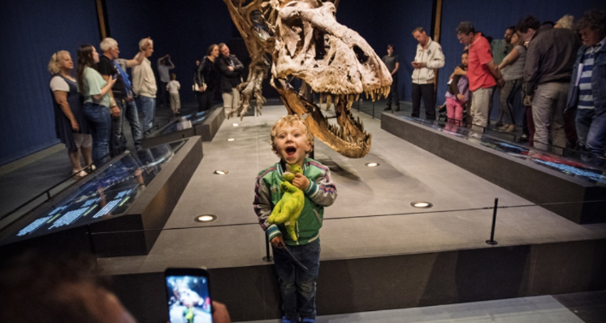 Figure 2: Visitors at Naturalis Biodiversity Center with Trix, an authentic T. rex skeleton.