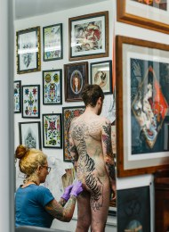 Caption: Claudia de Sabe at work at Seven Doors Tattoo © Kate Berry