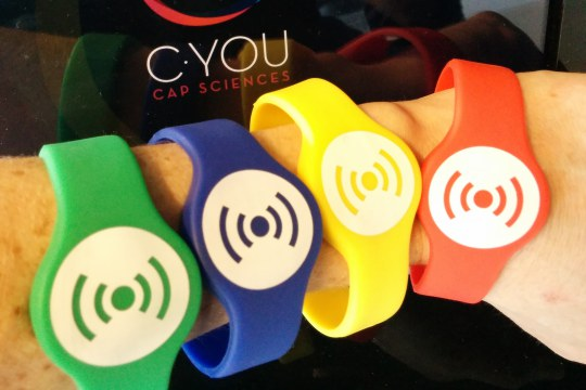 Personalisation bracelets Cap science Bordeaux Spokes magazine Ecsite © Cap Sciences